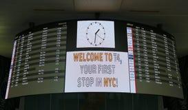 Conseil d'arrivée à l'intérieur de du terminal 4 de ligne aérienne de delta à l'aéroport international de JFK à New York Photos libres de droits