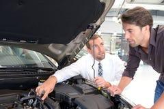 Conseil de concessionnaire automobile - vendeurs et clients en achetant une voiture photos libres de droits