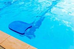 Conseil de coup-de-pied de piscine dans la piscine Photographie stock libre de droits
