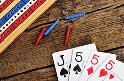 Conseil de cribbage et cartes de jouer Photo libre de droits
