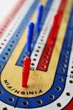 Conseil de cribbage et cartes de jouer Images libres de droits