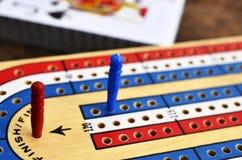 Conseil de cribbage et cartes de jouer Images stock