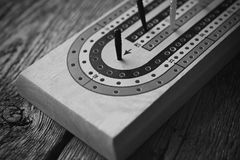 Conseil de cribbage et cartes de jouer Photographie stock libre de droits