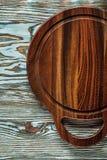 Conseil de découpage rond sur la surface en bois Image stock
