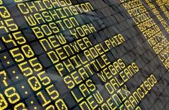 Conseil de départ d'aéroport avec des destinations des Etats-Unis Photographie stock