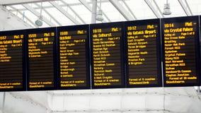 Conseil de départ de station de train Périodes et destinations photos libres de droits