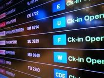 Conseil de départ de temps d'affichage à l'aéroport Photos stock
