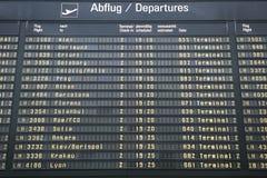 Conseil de départs de vol dans l'aéroport de Munich Image stock
