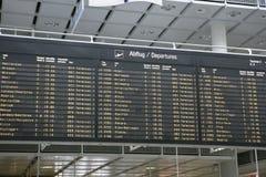 Conseil de départs de vol dans l'aéroport de Munich Photographie stock