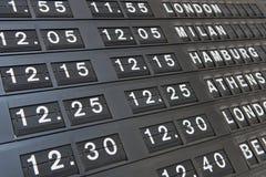 Conseil de départs sur un terminal d'aéroport Image stock