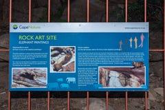 Conseil de l'information à la caverne d'art de roche de San aux cavernes de Stadsaal photos stock