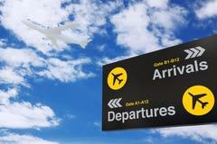 Conseil de l'information de départ et d'arrivée d'aéroport avec Jet Pas blanche Photos libres de droits