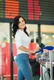 Conseil de l'information d'aéroport de femme Photographie stock