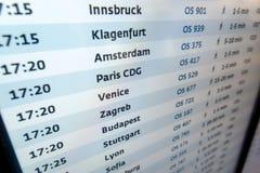 Conseil de l'information de vols dans le terminal d'aéroport parfait pour le voyage Photographie stock libre de droits
