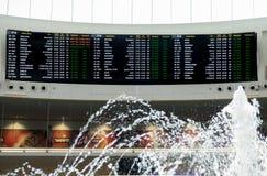 Conseil de l'information pour des passagers à l'aéroport de Ben Gurion l'israel Images libres de droits