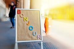 Conseil de publicité avec le mot de Bonjour dans la ville Photographie stock libre de droits