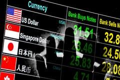 Conseil de taux de change avec la main d'éclairage à l'arrière-plan Photographie stock libre de droits