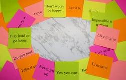 Conseil de vision Mots de motivation sur les autocollants color?s sur une table de marbre Plan d'action, strat?gie, concept, aven images stock