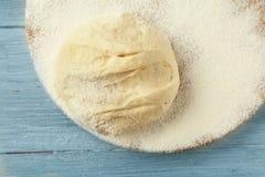 Conseil en bois avec la pâte et la farine crues Photo stock