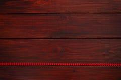 Conseil en bois avec le ruban rouge de coeur Images libres de droits