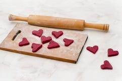 Conseil en bois avec les coeurs rouges faits de pâte Le jour de Valentine Photos libres de droits