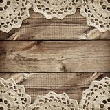 Conseil en bois de Brown et petits napperons de crochet en frontières Photographie stock libre de droits