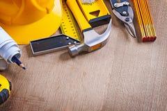 Conseil en bois en bois de chêne avec la variation du repa d'outils de travail de bâtiment Image stock