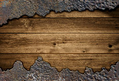 Conseil en bois parmi le métal rouillé Image stock