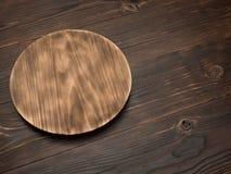 Conseil en bois pour des plats de portion sur la table image stock