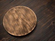 Conseil en bois pour des plats de portion sur la table images stock