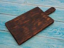 Conseil en bois pour des plats de portion sur la table photo stock