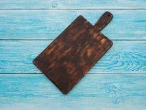 Conseil en bois pour des plats de portion sur la table photo libre de droits