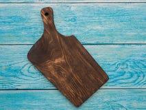 Conseil en bois pour des plats de portion sur la table photographie stock