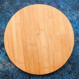 Conseil en bois vide rond sur un fond texturisé bleu Vue supérieure Image stock