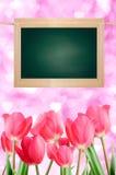 Conseil et tulipes sur un fond rose de coeur. Photo stock