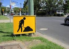 Conseil jaune de signe de l'ouvrier pour avertir des conducteurs Images stock