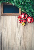 Conseil noir avec des boîte-cadeau et boules avec le fond sur en bois Photographie stock libre de droits