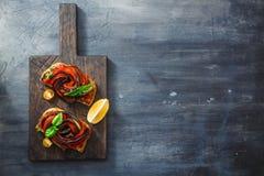 Conseil noir avec l'apéritif avec des aubergines et des paprikas Photographie stock libre de droits