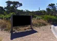 Conseil noir vide vide en parc photos stock