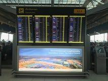 Conseil numérique de départ et d'arrivée photo stock