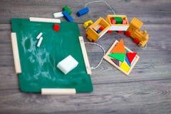 Conseil pédagogique sur une table avec des jouets Images stock