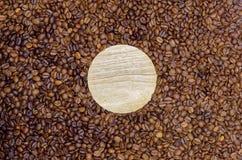 Conseil rond en bois vide en grains de café rôtis photographie stock libre de droits