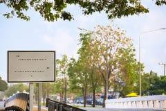 Conseil vide modifié du panneau de poteau de signalisation le long de la route photo stock