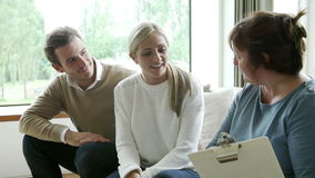 Conseiller ayant la discussion avec de jeunes couples banque de vidéos