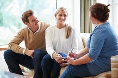 Conseiller conseillant des couples sur des difficultés de relations Image libre de droits