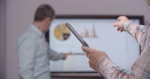 Conseiller d'affaires analysant les chiffres financiers banque de vidéos