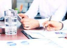 Conseiller d'affaires analysant les chiffres financiers Images libres de droits