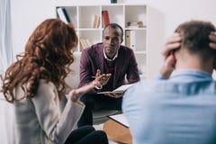 Conseiller de divorce frustrant de couples et d'afro-américain image stock