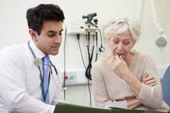 Conseiller Discussing Test Results avec le patient photo libre de droits