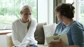 Conseiller donnant l'appui à la femme souffrant de la dépression clips vidéos